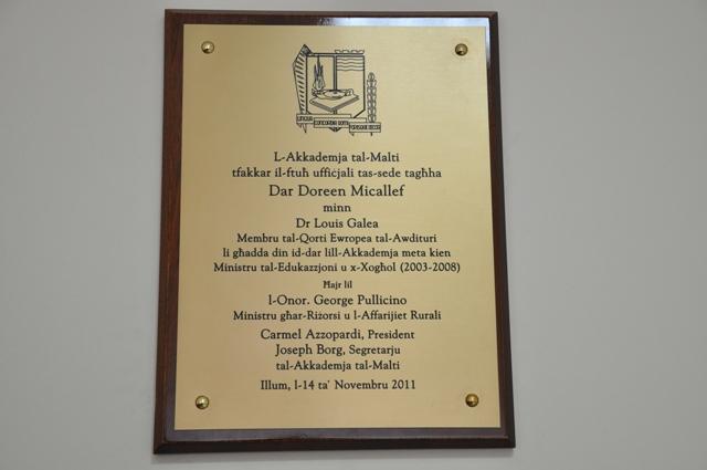 Il-plakka li nkixfet bħala tifkira tal-okkażjoni tal-ftuħ uffiċjali tad-Dar, f'Jum l-Akkademja tal-Malti 2011